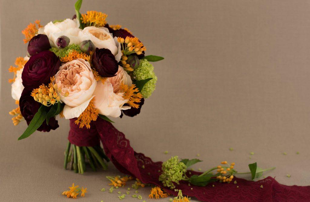 Trandafiri David Austin si Ranunculus bordo