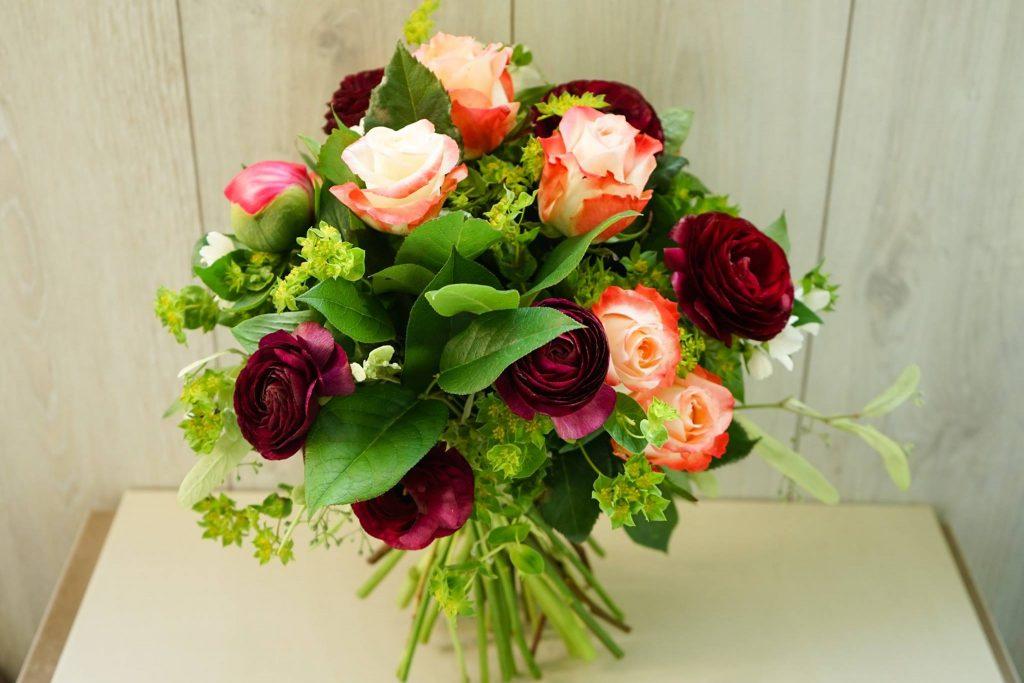 Buchet de primavara cu ranuculus, bujori, trandafiri si iasomie
