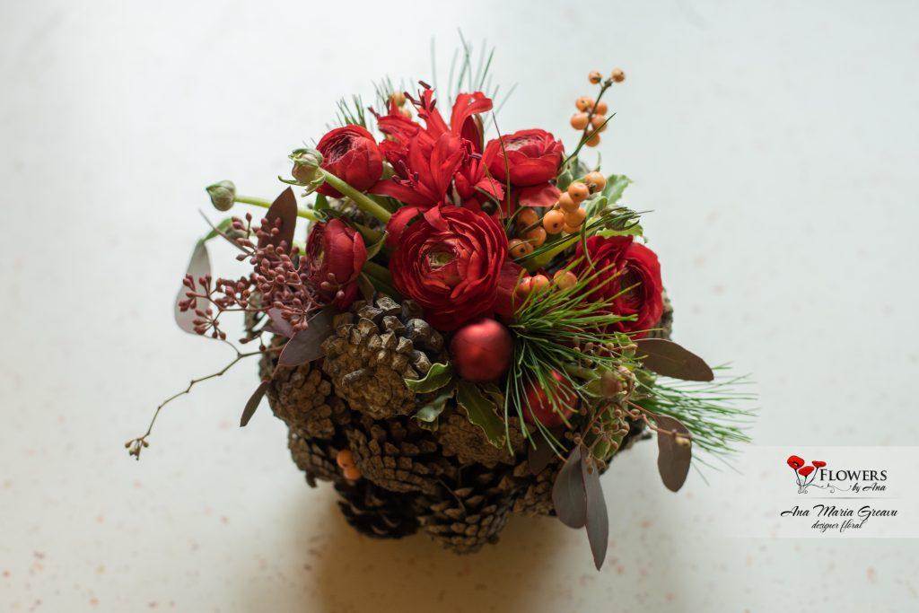 Glob din conuri cu flori